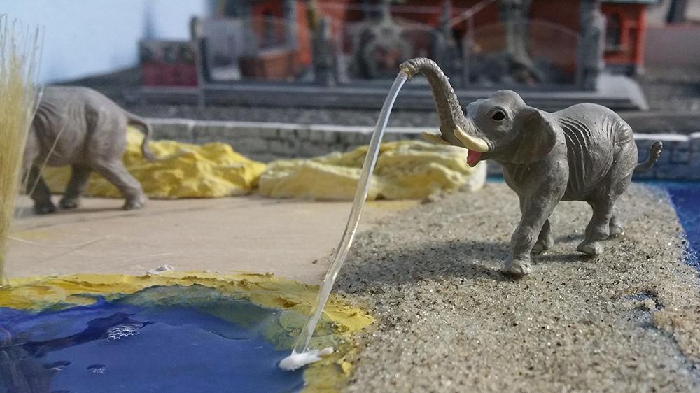Elefant im Zoo beim Wasservergnügen
