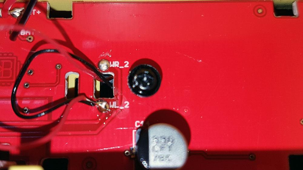 Für den 3-Leiter-Betrieb müssen beide Kabel auf WL_1 gelötet werden (damit ist der Wagen für 2-Leiter-Gleise nicht mehr geeignet!)