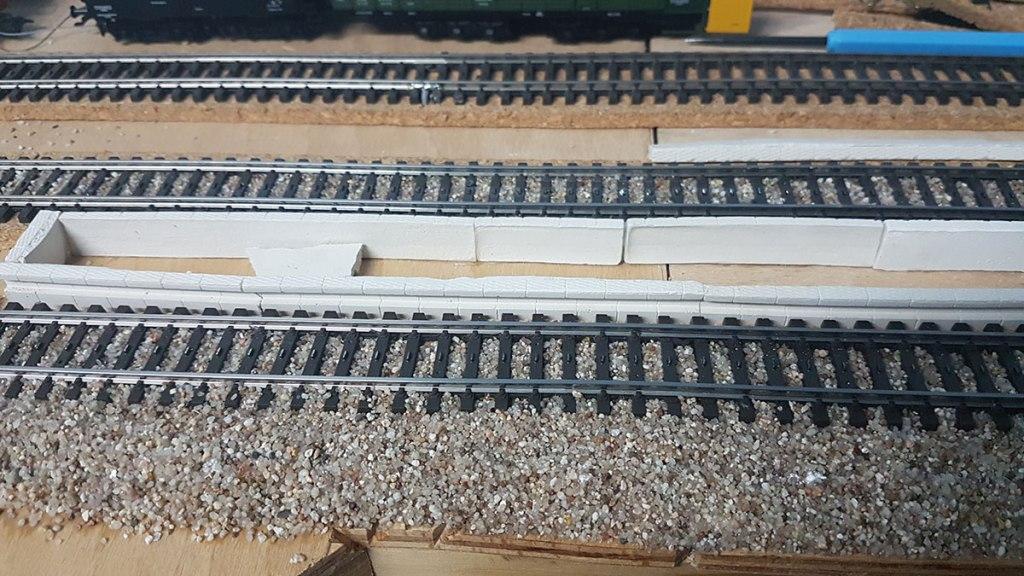 Bahnsteig-Elemente beim Bau auf der Modellbahn