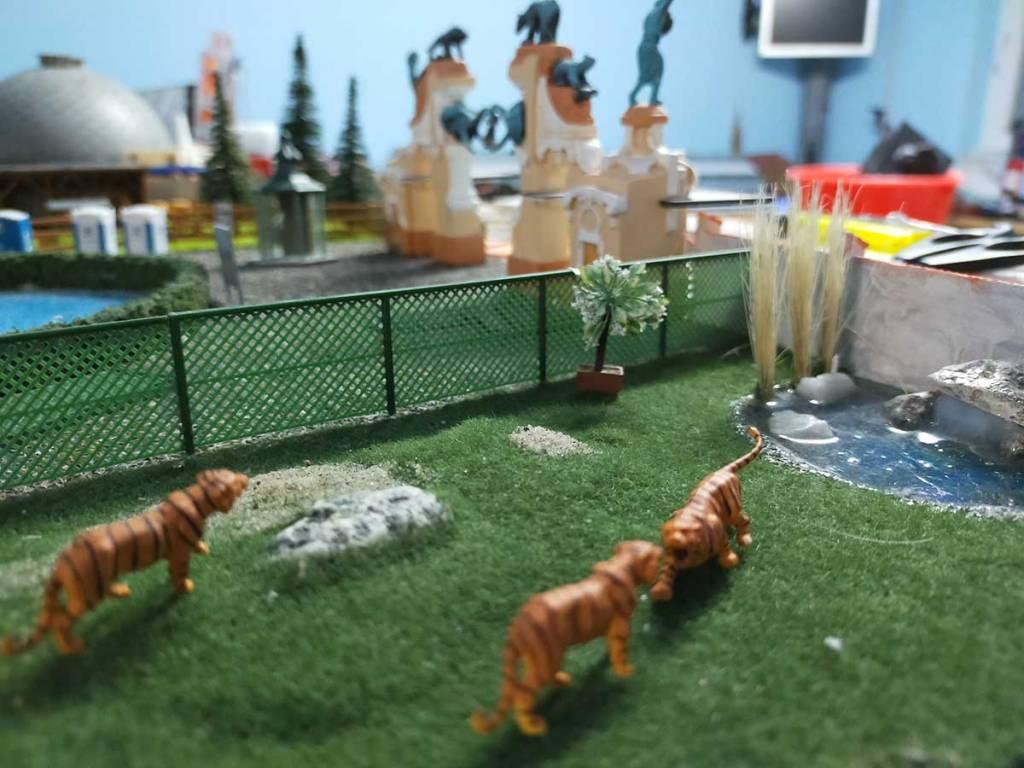 Tiger im Zoo, im Hintergrund das Planetarium und der Zoo-Torbogen