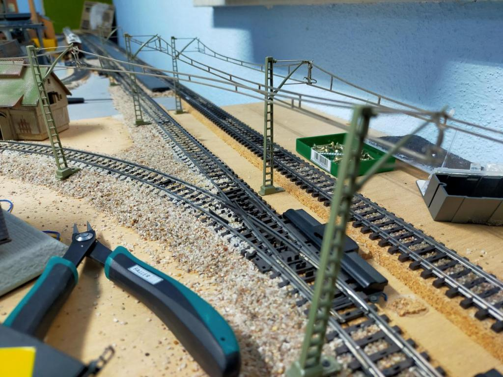 Der Oberleitungsbau hat auf der Modellbahn begonnen...