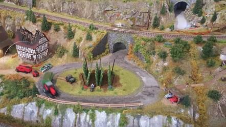 Hopfenplantage mit Traktor