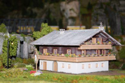 Alpenhof bei Holzhacker und Hühnern