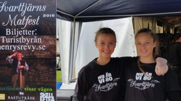 Söt och glad mini serverings personal. Fanny Bohman (vänster) och Nadja Eriksson.