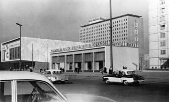 Berlin, Karl-Marx-Allee mit dem Kino International, dem Hotel Berolina sowie der Mokka-, Milch- und Eisbar, 1964 (Foto: Ulrich Kohls, Bild: Bundesarchiv Bild 183-C0325-0007-003)