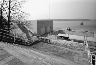 """Berlin, Terrassen im Stradbad Wannsee (Foto: Wolfgang Reuss, Bild aus: """"Leben im Denkmal"""", Gebrüder Mann Verlag)"""