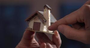 Der Architekturkritiker Falk Jaeger mit dem Modell der Falzarego-Kapelle (Standbild aus dem Film zur Ausstellung, Regie: Otto Schweitzer)