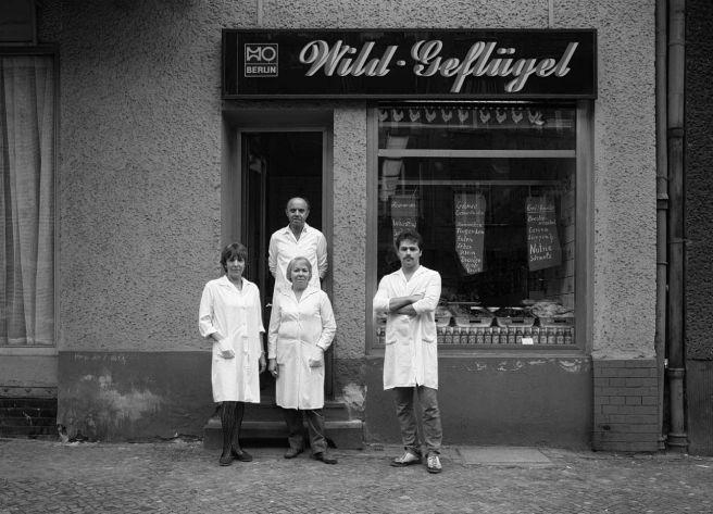 Harf Zimmermann: Berlin, Hufelandstraße, Wild und Geflügel, HO Fleischerei, 1986 (Copyright: Harf Zimmermann)
