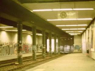 Kassel, unterirdische Straßenbahn-Haltestelle am Hauptbahnhof, 2000 (Bild: F-Fritz, CC BY SA 3.0)