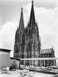 Köln, Funkhaus, Dachterrasse mit Spaghettistühlen und Domblick, um 1952 (Quelle und Copyright: Archiv Stadtkonservator Köln)