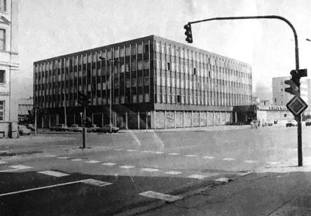 Potsdam, historische Aufnahme des Rechenzentrums an der dortigen Gedenktafel (Bild: OTFW, GFDL oder CC BY SA 3.0, Detail)