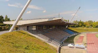 Sportpark Nord Bonn, Haupttribüne (Bild: Eckhard Henkel, CC-BY-SA 3.0)