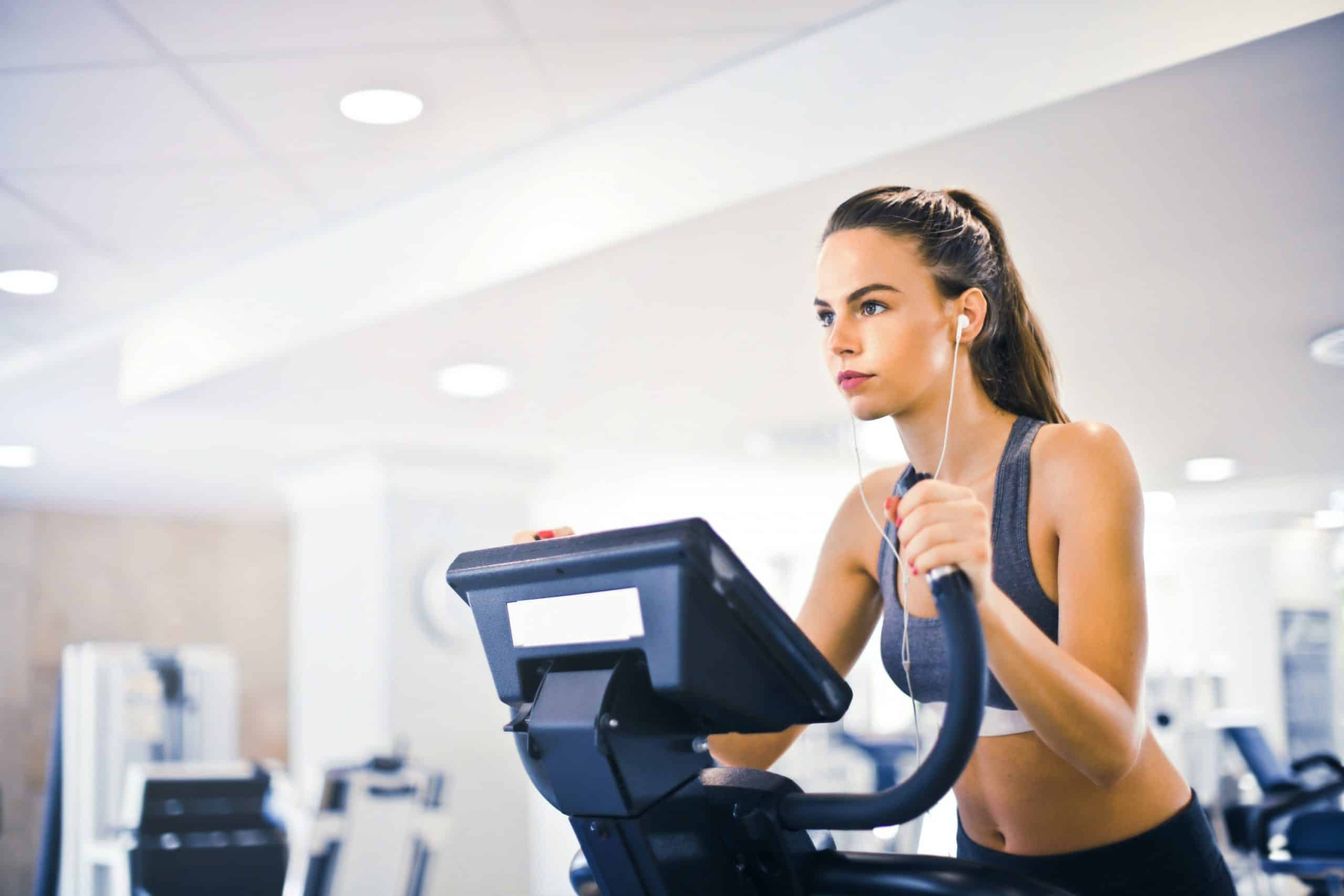 lady-athlete-on-treadmill