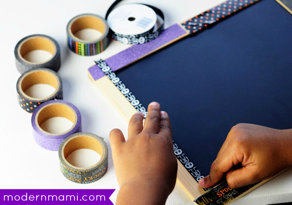 Simple Halloween Craft for Preschoolers: Chalkboard Sign