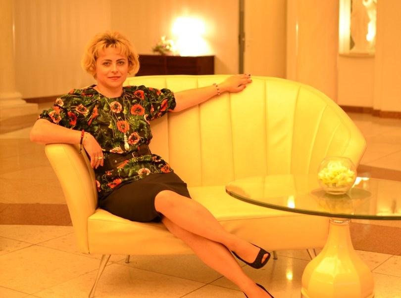 Modna Lizet siedzi na sofie