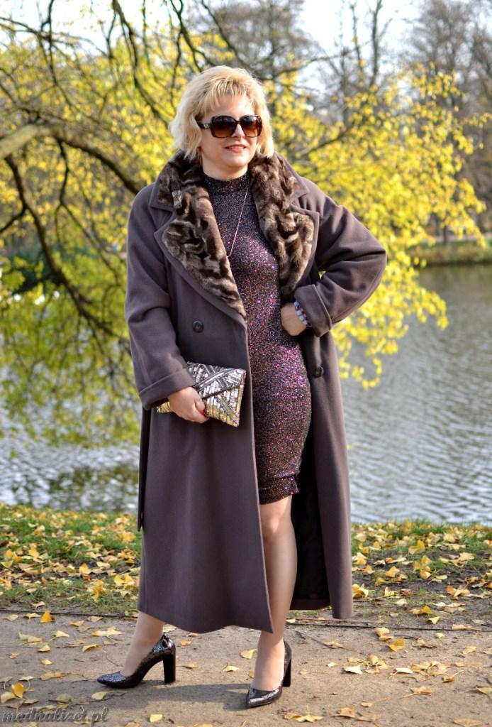 Szary płaszcz i krótka sukienka