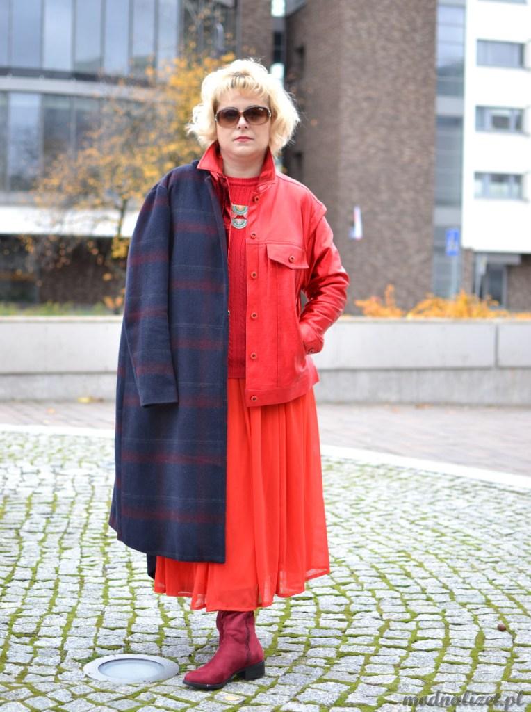 Modna Lizet w czerwonej stylizacji