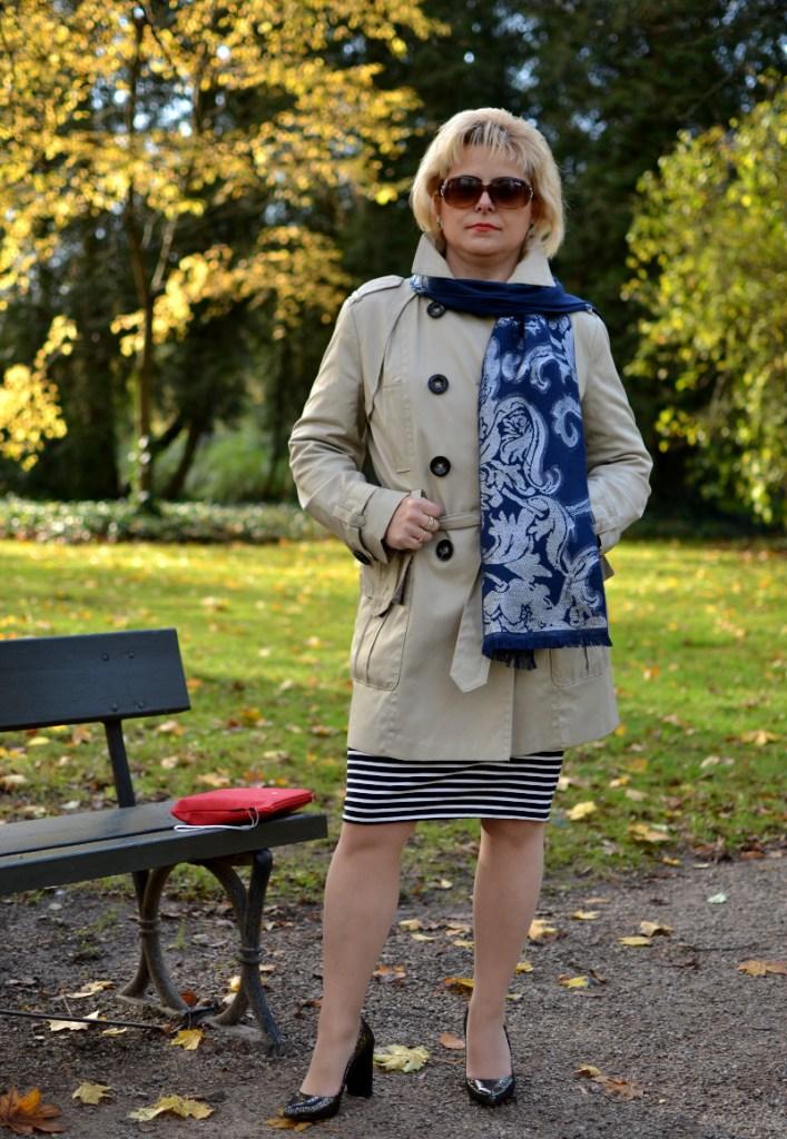 Jesienny płaszcz i krótka spódnica