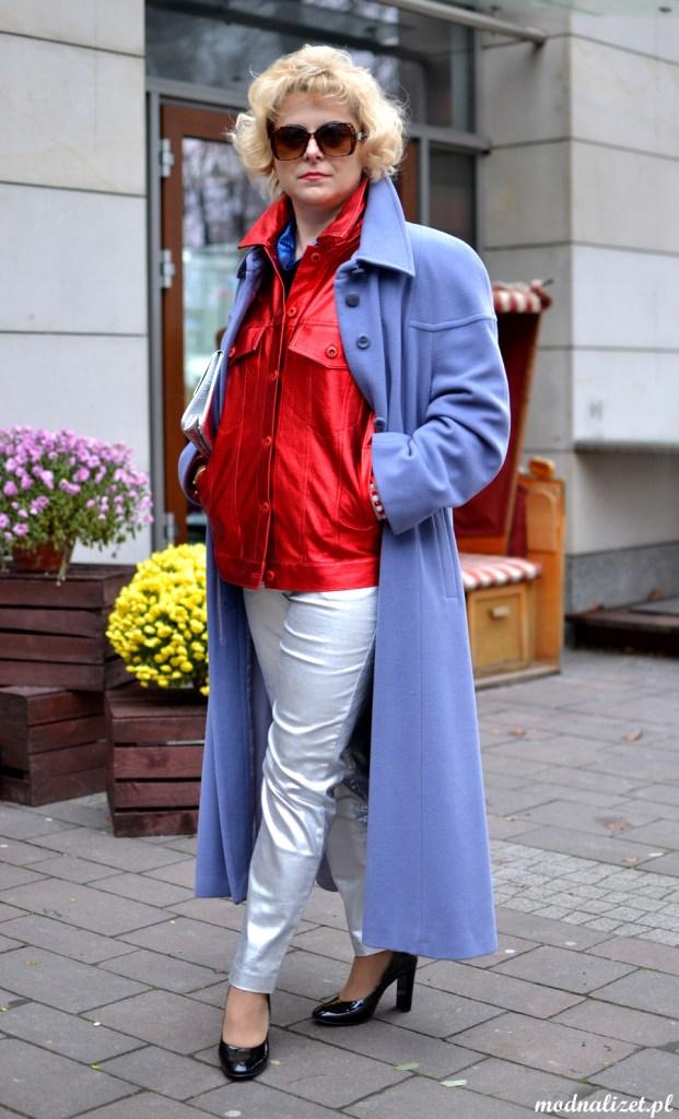 Błękitny płaszcz i metaliczny połysk