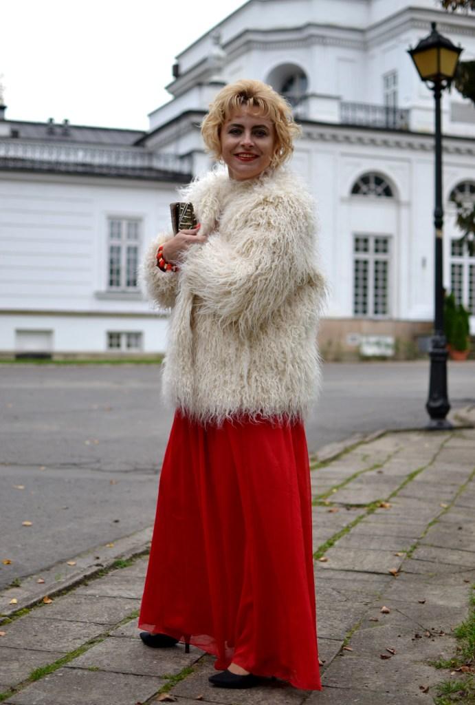 Białe futerko i czerwona sukienka