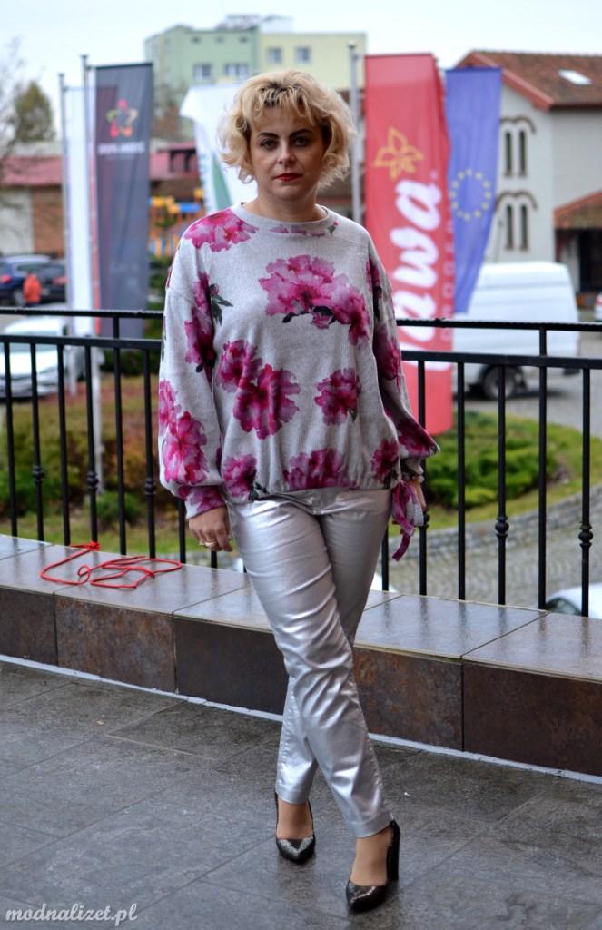 Srebrne spodnie i kolorowo szara bluzka