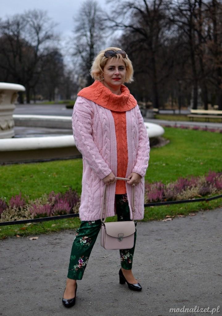 Swetry w słodkich kolorach
