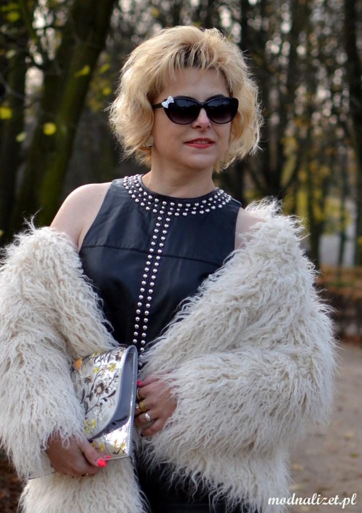 Modna Lizet w czarnej skórzanej sukience