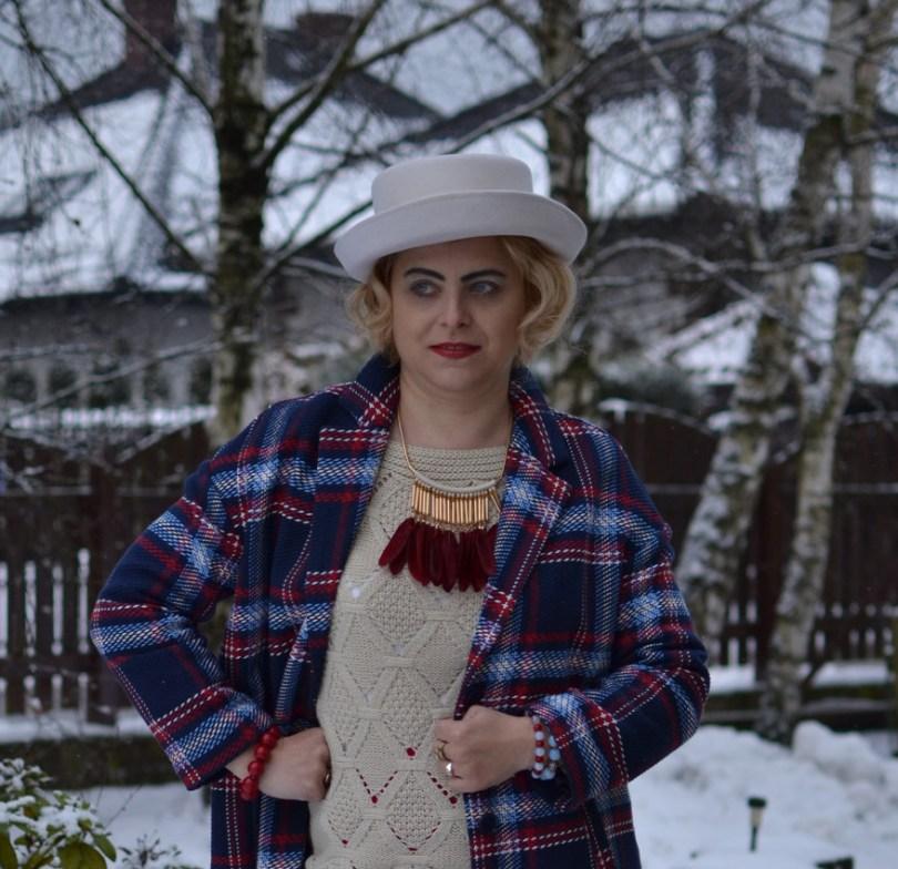 Płaszcz i biały kapelusz