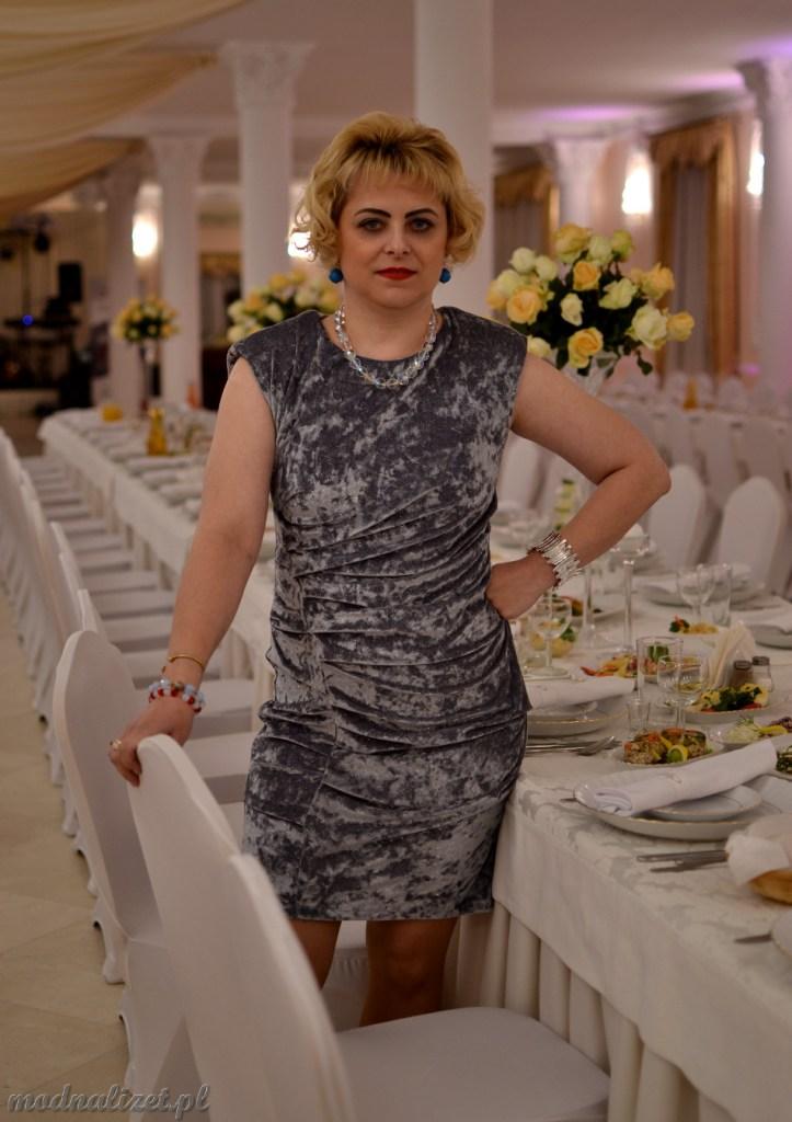 W srebrnej wizytowej sukience