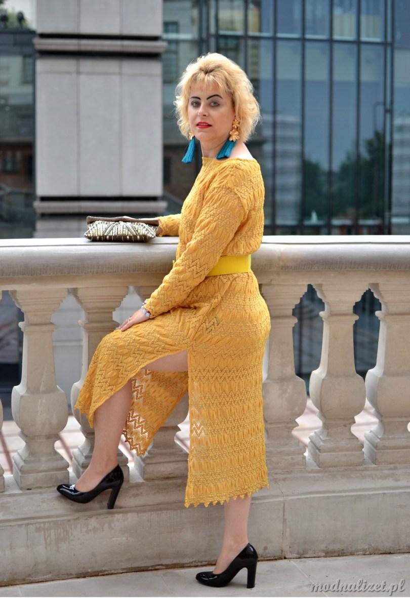 Modna Lizet w sukience z koronki