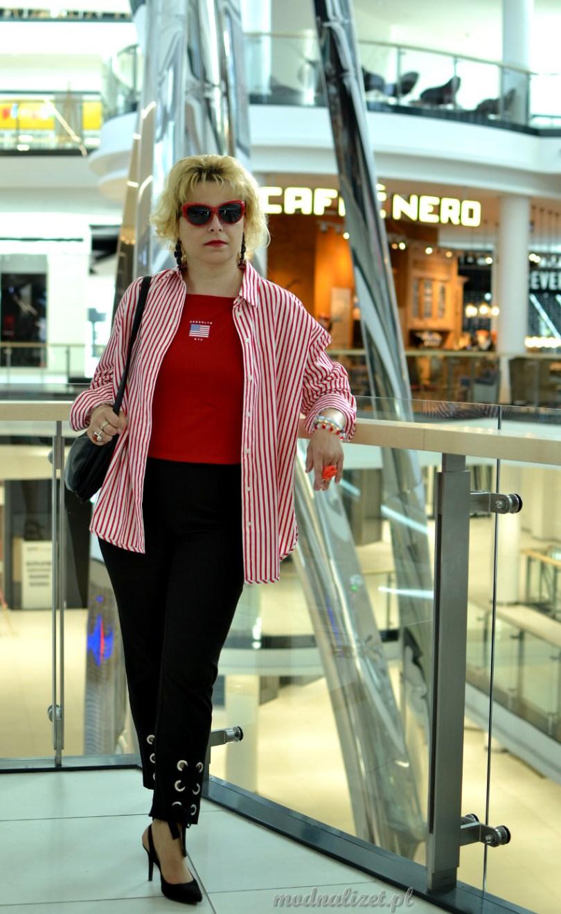 Koszula w czerwone paski i czarne spodnie