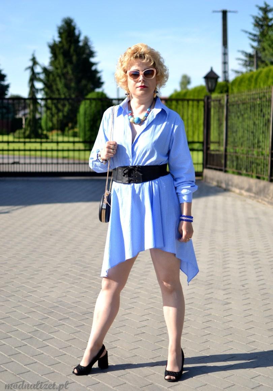 Modna Lizet i błękitna sukienka