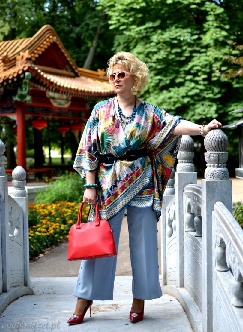 Szerokie niebieskie spodnie i kolorowa bluzka