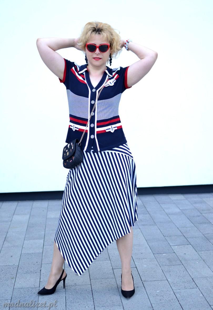 Spódniczka w paski i kolorowa bluzka
