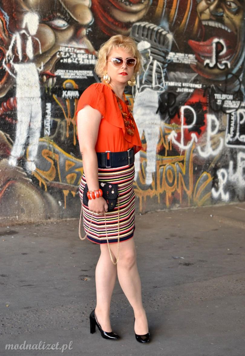Krótka spódniczka i pomarańczowa bluzka