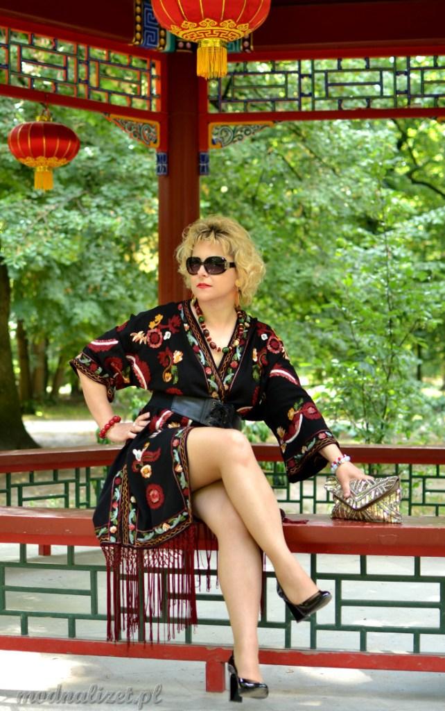 Modna Lizet w kolorowym kimono z frędzlami
