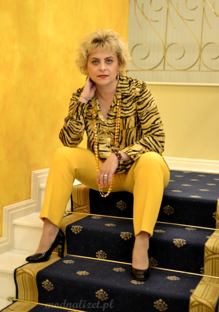 Żółte spodnie i tygrysia koszula