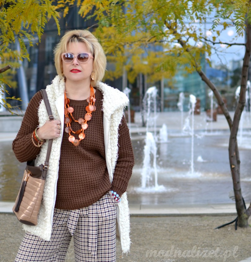 Modne spodnie i brązowy sweter