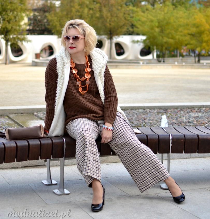 Brązowy sweter połączony ze spodniami w kratkę