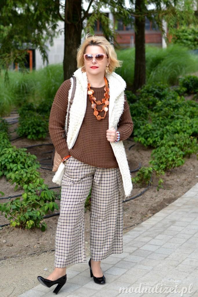 Modne spodnie w kratkę i brązowy sweter