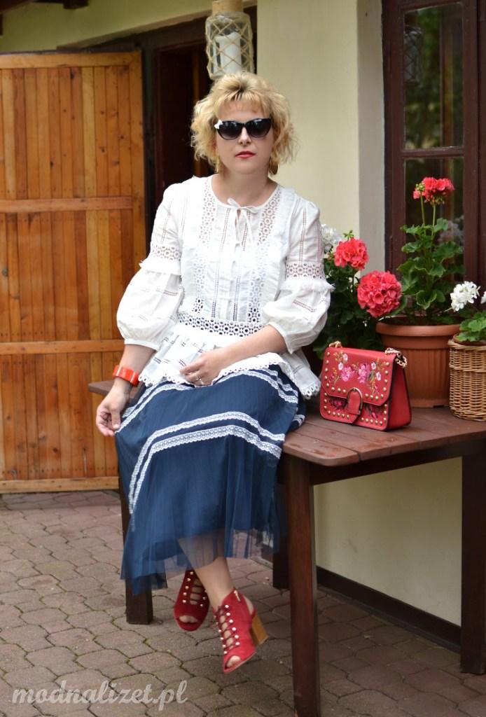 Biała bluzka z koronka i niebieska spódnica