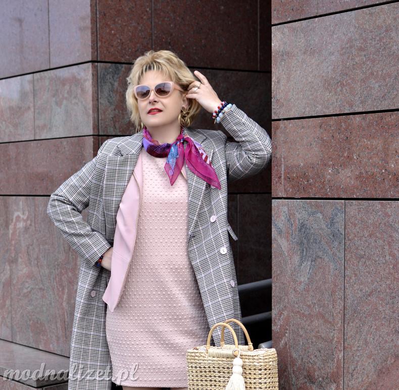 Różowa sukienka i płaszcz w kratkę