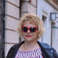 Czerwone okulary i czerwona pomadka