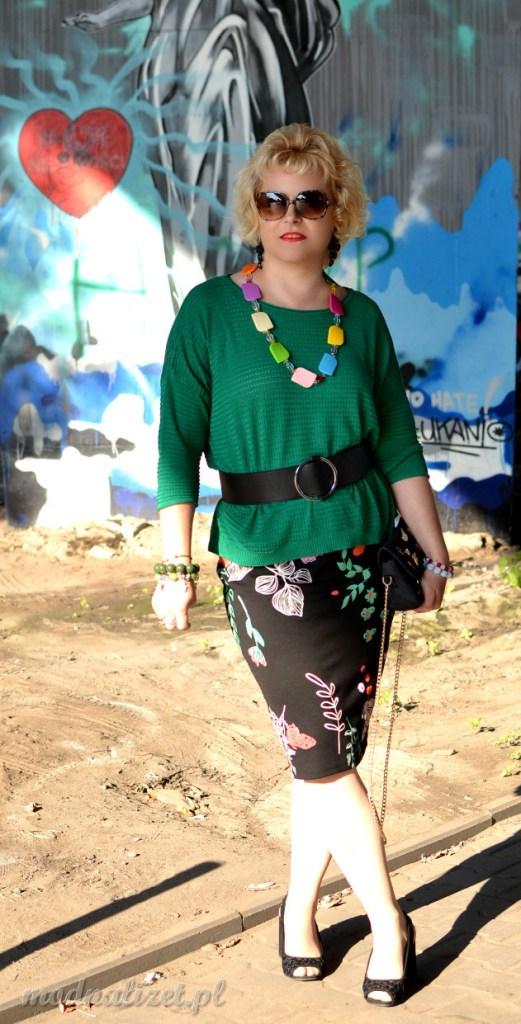 Zielona bluzka i czarne spodnie