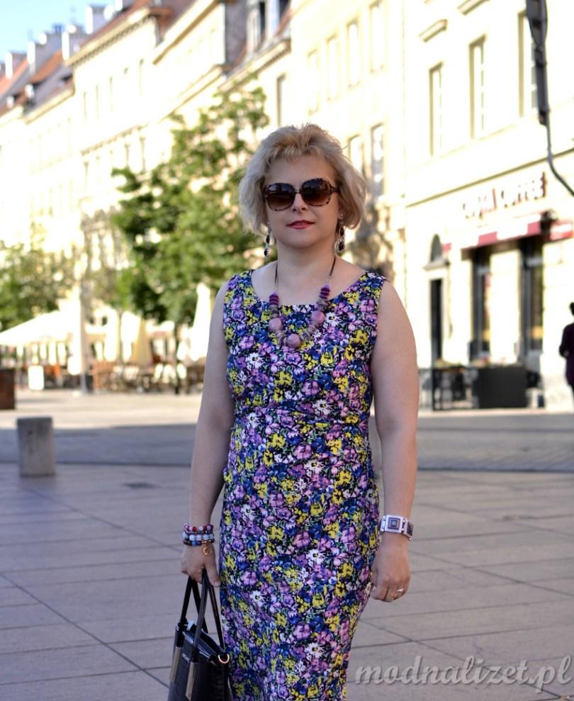 Kwiatowe wzory na sukience