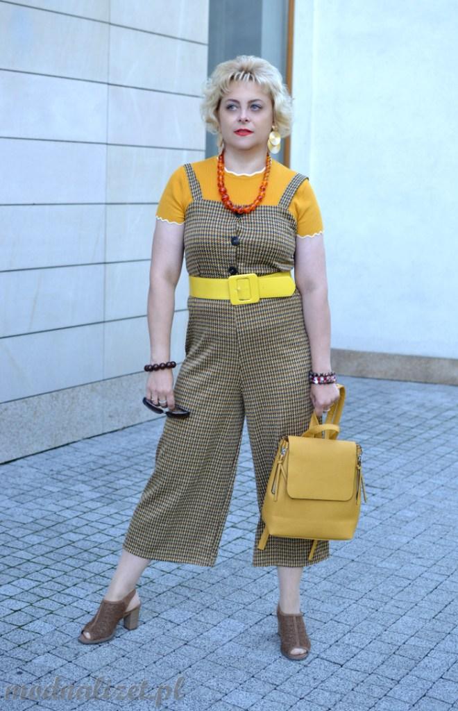 Żółta bluzka i spodnie na szelki