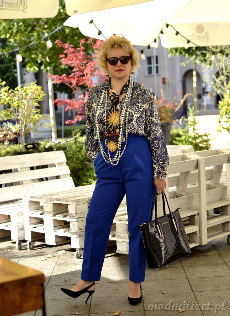 Niebieskie spodnie stylizacja ponadczasowa