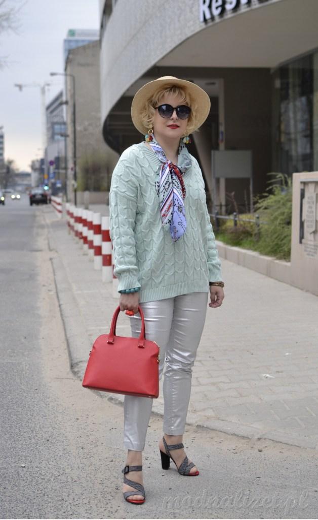 Modny mietowy sweterek