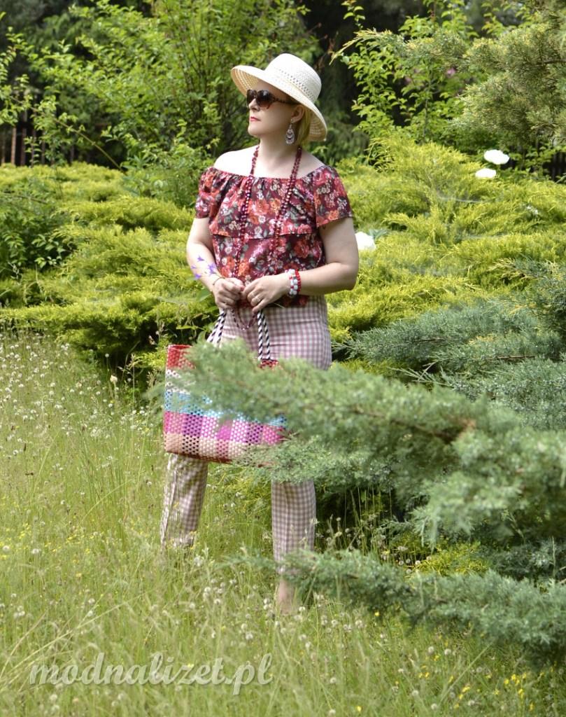 Kwitnąca łąka i kapelusze