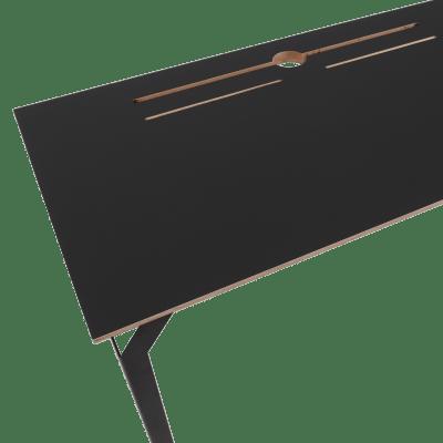 Prikaz radne površine crnog radnog stola Conform desk iz ptičje perspektive